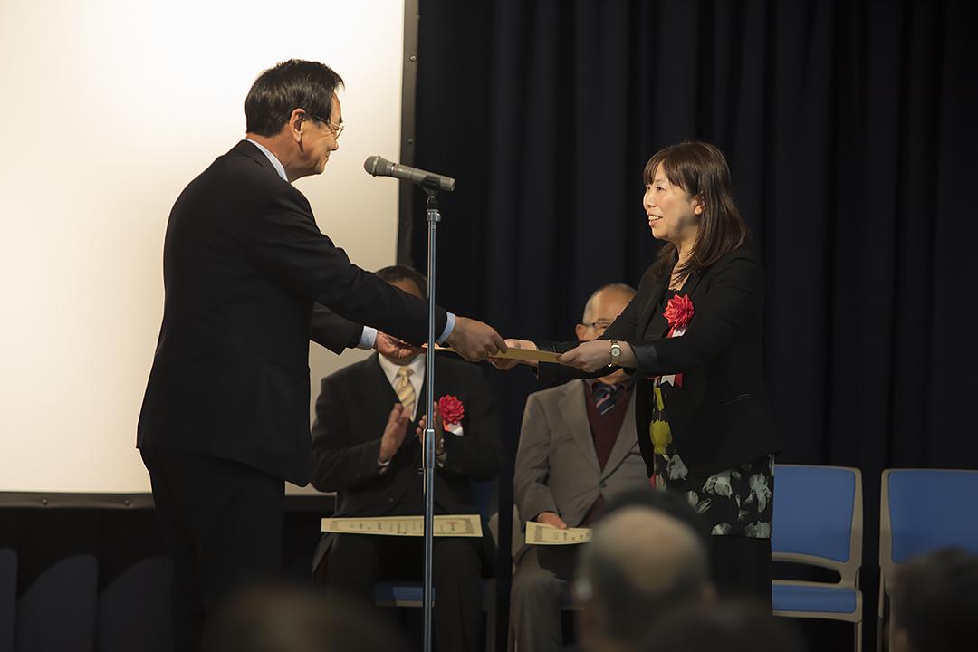 表彰を受ける中村晃子本部長