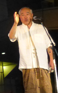 ロンジーを身にまとった中村博彦健祥会グループ理事長