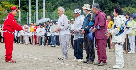 「高齢青年チーム賞」を受賞した板野チーム
